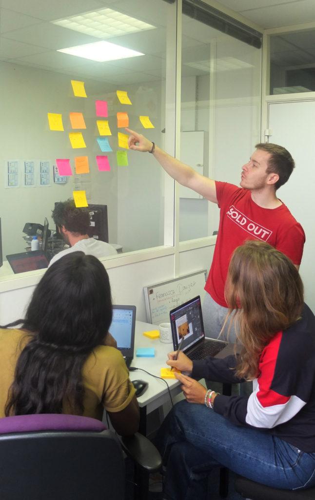L'agence inclusive Label Touche issue de Label Emmaüs et Label École en atelier user story mapping pour définir un parcours utilisateur adéquat